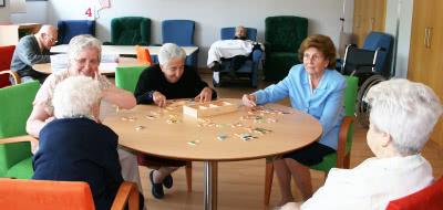 Au Centre de soins Laguna, beaucoup de personnes âgées sont entourées dans l'unité de jour.