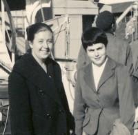 María Dolores (Loli) Lleó y Julia (Kitty) Bonell, recién llegadas al puerto de Montevideo