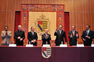 El gobernador de Morelos, Marco Adame saluda a los asistentes al evento, durante la presentación de los integrantes del presidium (foto: www.morelos.gob.mx).
