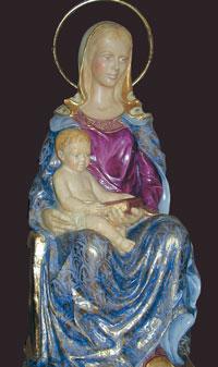 Het Mariabeeld is een ontwerp van mevrouw Peró.