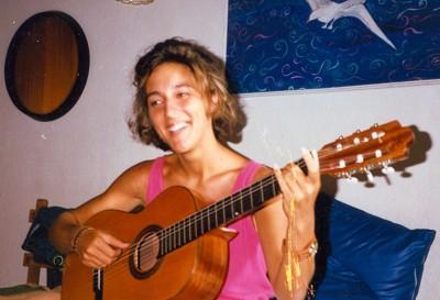 Una joven moderna y feliz