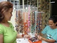 Salg av selvlagde smykker.
