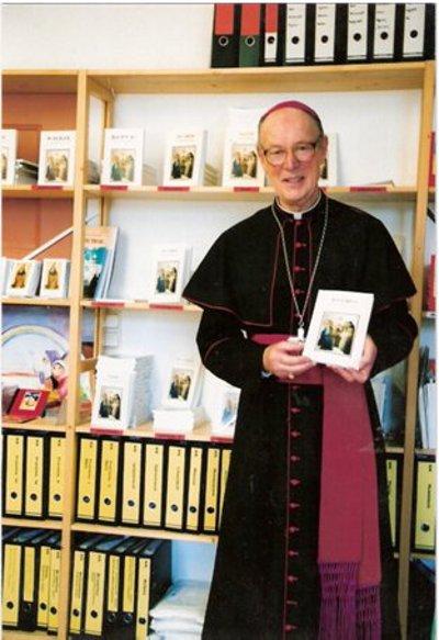 Mons. Molloy muestra una de sus diversas publicaciones en quechua y castellano.