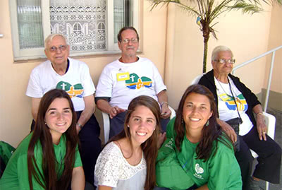 Nati (abajo derecha) con los ancianos de la casa Convivio en Brasil