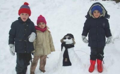 Tři děti na sněhu