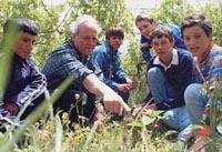 Juan María Cabrera con algunos alumnos de la escuela.