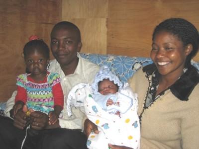Samuel Gichuki Mbugua e a sua esposa Peris Wanjiku Kamau com os filhos Imma e Francis