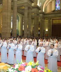 En un momento de la ceremonia de ordenación.