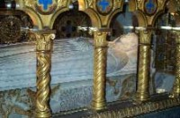 Relikwie św. Katarzyny ze Sieny znajdują się pod ołtarzem głównym w kościele Santa Maria sopra Minerva w Rzymie