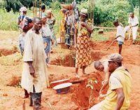 Muchas familias colaboran en la construcción de la Iglesia