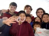 Nacho, Agustín y Santiago con los chicos