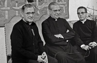 Don Álvaro del Portillo, avec saint Josémaria y Mons. Javier Echevarría.