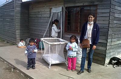 Vicky con una de las familias afectadas