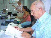 Con mi amigo Agustín Blázquez, en un momento de trabajo en la oficina