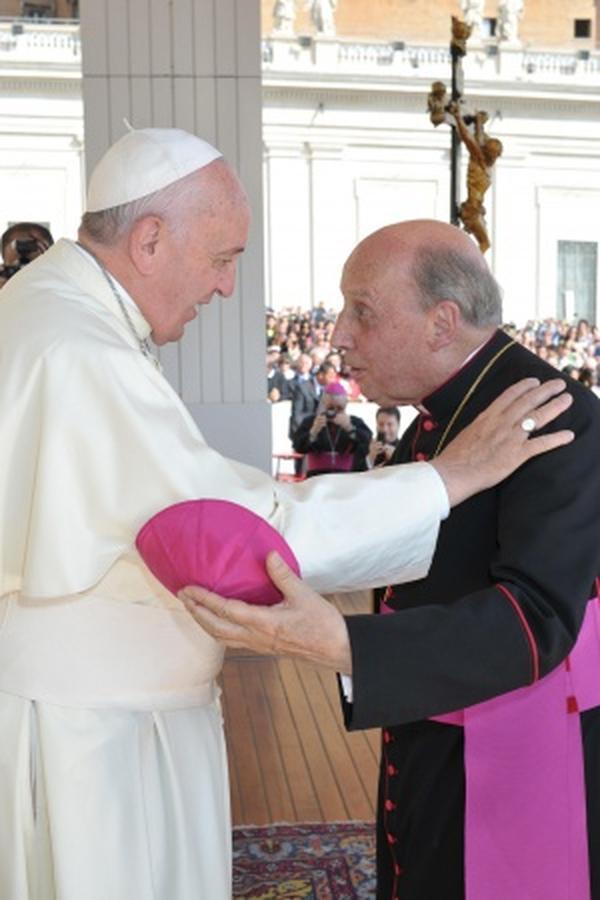 البابا يتصل معزيًا بالمونسنيور اتشيفاريا، ومعلومات عن مراسم الدفن