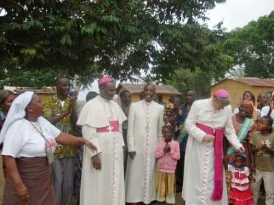 """Trīs bīskapi svēkos pēc Mises. """"Sv.Hosemarijas baznīca – ikviena pūļu auglis – liecina, ka mēs visi varam dzīvot kopā mierā,"""" teica Nuncijs."""