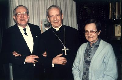 Pidió la admisión en el Opus Dei como supernumeraria el 8 de enero de 1953. (En la foto, junto a su marido y D. Álvaro del Portillo, en Pamplona, 1985)