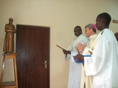 Nuncijs iesvēta Sv.Hosemarijas statuju.