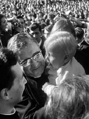 1967 m. spalį J. Escriva lankosi Navaros universitete Pamplonoje, Ispanijoje. Universitetas, iki šiol laikomas viena geriausių aukštųjų mokyklų, kaip viena bendrųjų Opus Dei iniciatyvų buvo įkurtas 1952-aisiais.