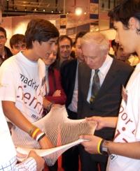 Anthony J. Leggett, Premio Nobel en 2003, con alumnos de Retamar en la Feria de las Ciencias