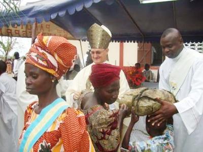 Ziedojumu nodošana Mises laikā. Daudzi Nkama-Bangalas iedzīvotāji palīdzēja būvēt jauno baznīcu.