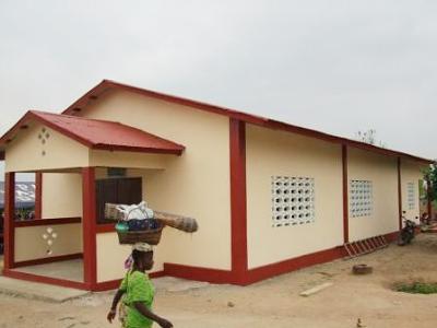 El templo está construido con materiales sencillos y con la ayuda de niñas de dos colegios españoles.