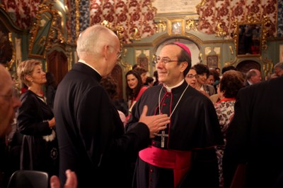 El Vicario del Opus Dei en España, monseñor Ramón Herrando, conversa con el arzobispo de Pamplona, Francisco Pérez. Foto: Manuel Castells.