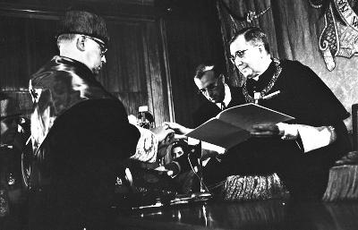 San Josemaría, Gran Cancelliere dell'Università di Navarra, consegna il dottorato 'Honoris Causa' al canonista Willy Onclin.