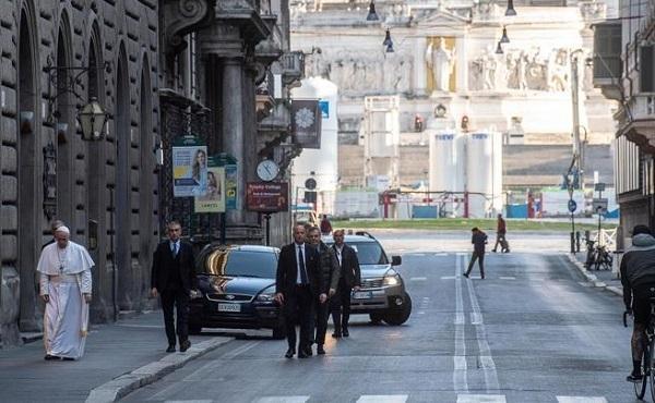 Papież Franciszek modlił się na ulicach Rzymu