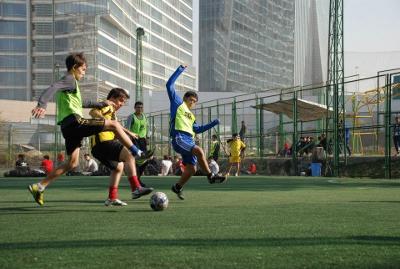 Juan Pablo continúa jugando a fútbol (en la foto, con medias rojas).