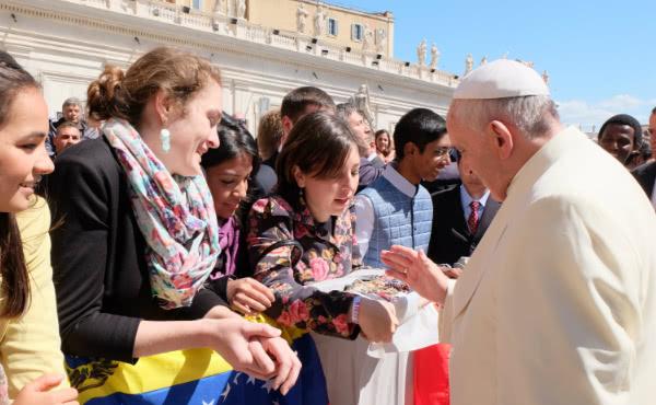 Studentene fikk rosenkranser og krusifikser velsignet av paven