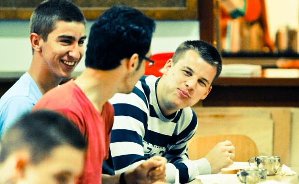 Opus Dei - Ali Opus Dei organizira aktivnosti za mlade?