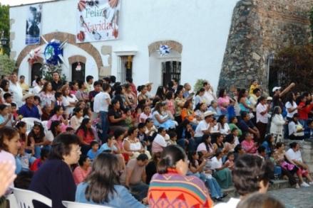 Keluarga-keluarga para siswa mengikuti Festival Natal