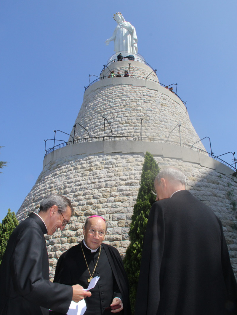 On the first day of his visit, he made a pilgrimage to the sanctuary of Our Lady of Harissa, which John Paul II visited in 1997.