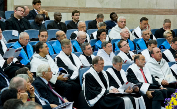 Opus Dei - Acto académico con el prelado: «Estudiantes, vuestra meta es la santidad»