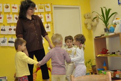 Aliona, la autora del artículo, jugando con niños en su colegio.