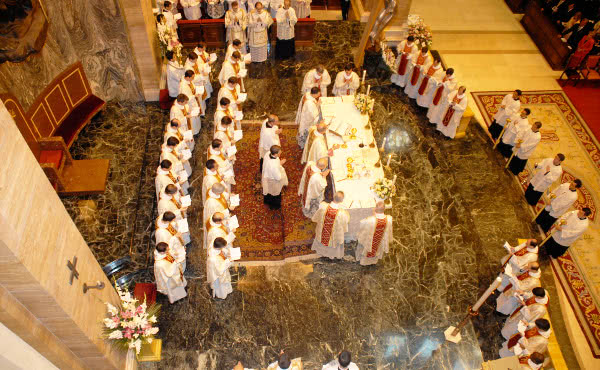 Los 30 nuevos sacerdotes concelebran la misa con el Prelado.