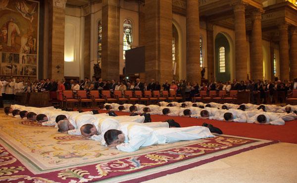 9 травня - рукоположення священиків у прямому ефірі