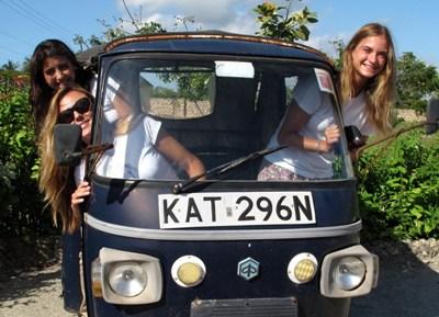 Isabel, Maibe e Ines en una moto-coche.