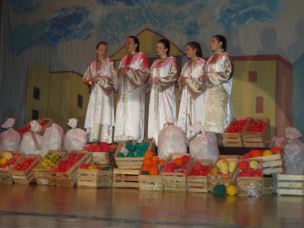 400 niños en el teatro solidario del Club Gardenia