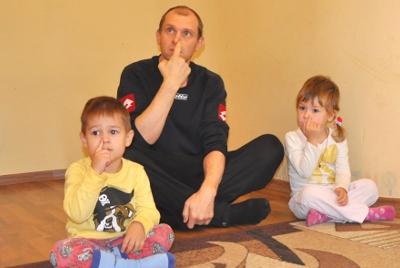 Vadim juega con los niños. Es el marido de Aliona. Conoció a una persona del Opus Dei en una misa en Kiev.