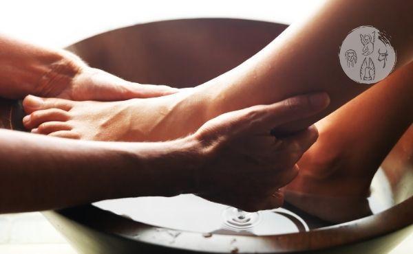 """Au fil de l'Évangile du Jeudi saint : """"Jésus lave les pieds"""""""
