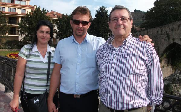 Emmanuel –Pope rumano– y su esposa Gabriela, con Ángel