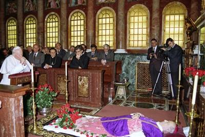 Le bienheureux Jean-Paul II est allé prier devant la dépouille mortelle de don Alvaro, exposée à l'église prélatice, au siège de l'Opus Dei