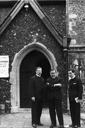 Biskop Álvaro del Portillo, den hellige Josemaria Escrivá og biskop Javier Eschvarria. Sankt Tomas More´s grav, Canterbury (England). 26-VIII-1958.