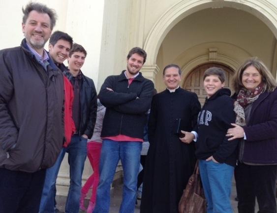 El Pbro. Alejandro González y un grupo de fieles antes de comenzar la Misa.