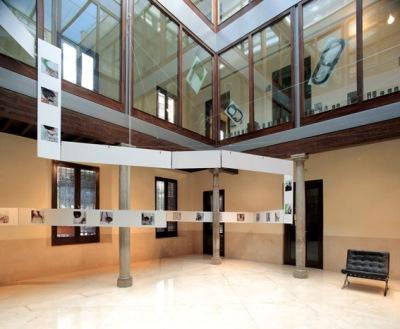 Exposición Arquitectura Efímera, en el Colegio de Arquitectos. La narración del cómo se hizo la transformación del garaje en farmacia