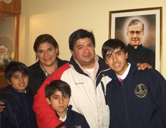 La familia Gómez Lobo, cooperadores de Opus Dei, posa frente a la imagen de San Josemaría