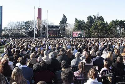 Escenario, pantalla y público en el encuentro en Los Molinos.