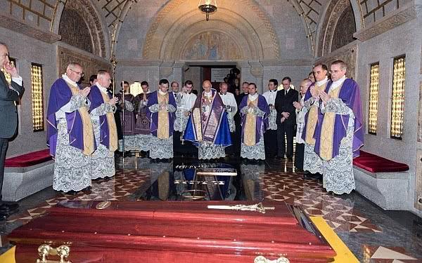 Opus Dei - Beisetzung von Bischof Javier Echevarría in der Krypta der Prälaturkirche. Video